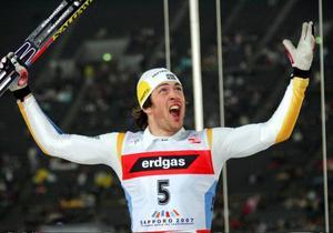 Mats Larsson jublar efter silvermedaljen i den klassiska sprintfinalen i VM i Sapporo för två år sedan. Frågan är om han får jubla lika mycket i dag när det är dags för teamsprinten?