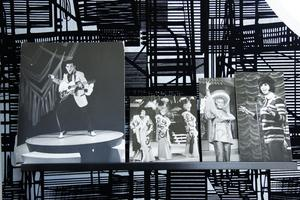 De gamla svartvita fotografierna skulle slängas när ett gammalt folkets hus skulle rivas i Stockholm. Nu har de fått en hedersplats i Lars-Åkes tornrum.