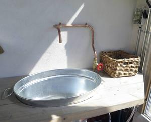 Ett enkelt kopparrör och en zinkbalja blev en praktisk ho.