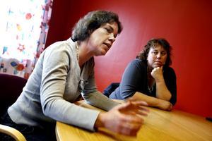 Skolchefen Lotta Wennlund går i svaromål mot kritiken som riktats mot skolorna i Ockelbo. Anna Schönning, S, till höger är ordförande i utbildnings- och kulturnämnden.