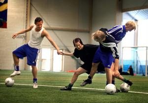 Daniel Andersson, Lina Ohlsson, Charlie Pettersson och Linus Ljuslinder tampas på fotbollsplanen i NCC-hallen. Under Linas svåra tid slöt kompisarna upp bakom henne.