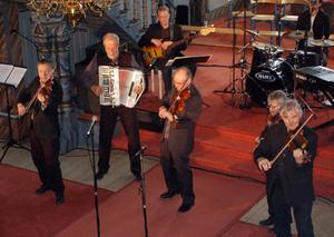 Spelglädje, äkthet och professionalitet kännetecknar Orsa Spelmän som framträdde tillsammans med Årekören i Duveds kyrka i lördags kväll.