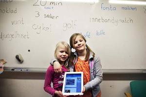 """Linna Sjögren och Meja Boson tycker det är roligt att klassen har en egen blogg:– Det är kul att skriva och berätta om saker, säger Meja.– Då får man lära sig att stava till """"och"""". Det är lätt nu. Det är bara o, c, h, förklarar Linna.Sist de skrev på bloggen skulle de berätta hur en bra vän ska vara.– Jag tog en bild på min lurviga jacka. Den är varm och mysig som en kompis, säger Meja."""