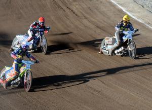 Przemyslaw Pawlicki och Linus Sundström nickar till varandra strax före mållinjen och konstaterar att femettan är säkrad i det 13:e heatet.