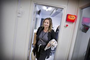 """Det är """"Lotta"""" eller Liselotte Mellesmo som får Västmanland att vakna på mornarna. Profilen med det glada tilltalet kan prata vigt om alla ämnen, både med och utan lyssnarnas medverkan. Här lämnar hon studion efter torsdagens morgonsändning 05.59-09.00."""