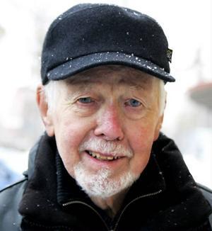 Henry Andersson, 85 år, Östersund:– Ja det är jag. Jag är ofärdig. Jag har dåliga ben. Jag har blivit svag i dem de senaste åren. Jag trillade i höstas, på blöta löv. Men det gick bra.
