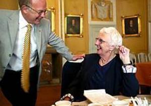 Foto: ANNAKARIN BJÖRNSTRÖMVälkommen igen. Landshövding Christer Eirefelt bjöd under kaffet på stående fot Inge Britt Schön till ny visit på slottet.