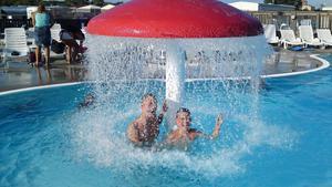 Jonathan och Jesper Lundkvist badar för fullt i Varberg. Mina killar trodde aldrig att det skulle bli deras tur att få åka på semester i år då vi hade ganska sen semester. Nu tar de igen all badtid och njuter av vattenfallet under svampen.
