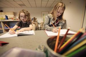 Anders Dalkarls, 7 år, och Elvira Lindgren, 7 år, har fullt fokus på skolböckerna.