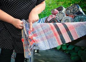 – Det gör inget om mattan är trasig. Då ser man bättre vilken sorts textilier som har använts när den vävts, säger Ingela Fredell.