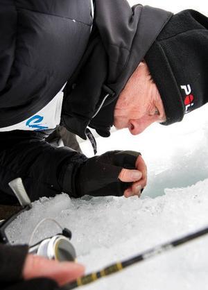 Lars Nenzén, Frösön försöker med alla knep för att få upp guldfisken med ett prisvärde på 3 000 kronor. Men inget lyckades, fisken simmar lugnt kvar i bassängen.