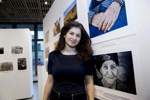 Kara Hermez visar bilder tagna av Izla Kaya Bardavid, som 2012 utförde ett projektbesök i norra Irak på uppdrag av Assyrier utan gränser.