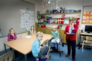 NO-läraren Kajsa Enarsson på Årsunda Kyrkskola har mattelektion med eleverna Ellen, Hanna, Gustav och Tor.