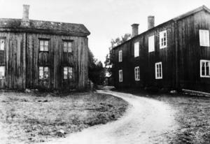 Smöga är namnet på ett trångt utrymme eller passage både inomhus och utomhus. Till vänster Iljas och till höger Göllas och i mitten skymtar gården Prims. Så här såg det ut runt sekelskiftet.