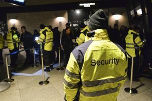 Väktare kontrollerar id-handlingar för resenärer som tar tåget från Kastrup till Malmö.