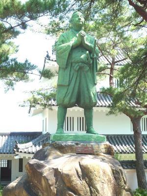 Staty i Nagasaki föreställande den kristne samurajen Amakusa Shiro. Endast 17 år gammal ledde han det kristna Shimbaraupproret mot shogunatet.