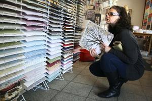 Bakgrund. Yvonne Karlsson från Röfors letar efter ett papper som grund.