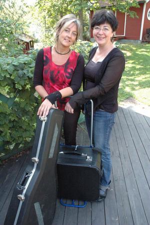 Svägerskorna Sabina Agnas, gitarr, och Anita Agnas, har packat sin gitarr respektive accordeon och drar på turné.