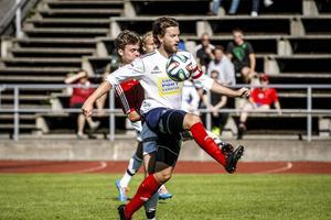 Max Hjalmarsson kämpar med Selånger-kaptenen Per Nyman, tidigare i GIF Sundsvall. IFK hade ändå bra koll på det centrala mittfältet.