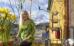 Mitt i centrala Alfta bor Anette Rehnström. Balkongen som vetter ut mot Långgatan, inreds med inspiration från de olika årstiderna.