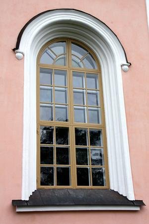 Kyrkfönstren målas med linoljefärger. Den tidigare gröna färgen byts mot guldockra, som det var från början.