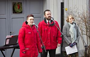 Ellen Weiss, Anders Weiss och Ellen Lindblom bjöd på vacker stämsång utanför Johnny Mattsson-gården.