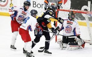 Trots hårdhänt faluuppvaktning sätter Borlänges Marcus Andersson till synes enkelt 4-0. Foto: Staffan Björklund