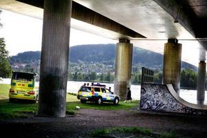 En 25-årig man fördes till sjukhus efter att ha misshandlats med en golfklubba under Frösöbron.
