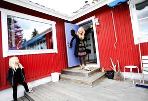 Musikern, konstnären och pedagogen Gina Jacobi planerar hålla veckokurser i sitt hem i sommar. I den natursköna miljön längs Sundsvalls södra kust vill hon locka fram skaparkraften hos hungrande konstnärssjälar. Här är hon utanför huset i Bredsand tillsammans med sin dotter Thyra.