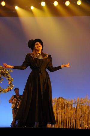 Ellinore Holmer sjunger och agerar Häxans roll.