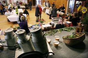 Folk kom och gick mellan Färilafolkan (bilden) där det fanns matprodukter och hembygdsgården där hantverkarna höll till.
