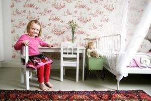 För lek och vila. I Matildas rum sitter en tapet med ett vackert, romantiskt mönster.