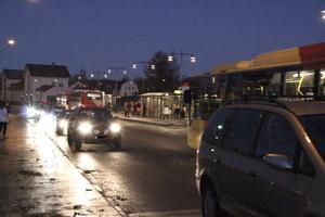 Bilförare kör fort på S. Hamngatan, trots att de ska dela utrymmet med bussar och gående. – Bilisterna måste börja ta hänsyn, säger Johnny Olofsson.