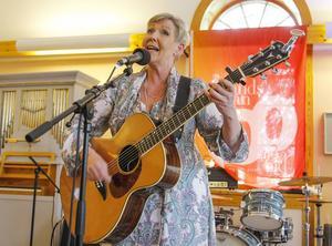 Susanne Alfvengren spelade i Kyrksalen i Lit på söndagen. Hon gör några spelningar på Inlandsbanefestivalen i år.