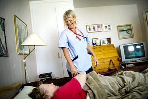 Tid att prata. Ingrid Norr får besök av sjuksköterskan Anna-Carin Alden. Att ta sig tid med patienterna och prata är en viktig del i vården. Foto: Lennart Lundkvist