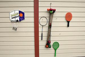 Lekvägg. Tomten vetter mot en garagelänga. Det ger en fin vägg att ha prylar på.