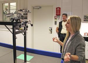 Rebecca Nygrens robot ska försöka rädda en legogubbe.