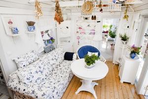 Vardagsrum. För att ge rummet mer rymt togs innertaket bort. Katarina har genomgående inrett i vitt med blå inslag, en lantligt romantisk stil som andas sommar.