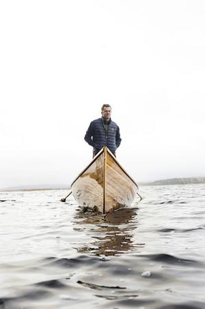 Över vintern förvaras den glänsande roddbåten på land, men här provar Paul Allsop sitt bygge i dess rätta element.