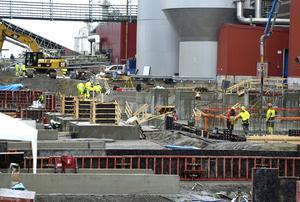 Arbetet med det stora Heliosprojektet på Östrand fortsätter. Men i stället för de 16 arbetare som Peab sagt upp har man nu tagit in ett företag med arbetare utan yrkesbevis, hävdar Jim Sundelin, Byggnads. (Bilden är inte tagen i samband med konflikten.)
