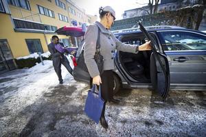 David Edgren tar hand om bagaget och Rose-Marie sätter sig bak i bilen innan det bär av för tjänsteförrättning i Karlskoga.