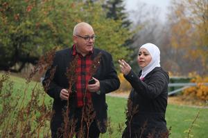 Henrik Teleman tillsammans med Maryam Baytam, som är en av flyktingarna han har intervjuat i konstprojektet