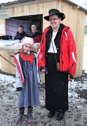 Sjuåriga Emilie Andersson och mamma Lilian firade 100-årsjubileet genom att klä sig som man gjorde förr.De bor i Sikås och Emilie ville se ut som Kajsa Kavat.