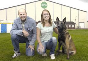 Lennart Roos som ingår i ledningsgruppen för Brukshunds SM tillsammans med Emelie Söderberg som är Edsbyklubbens första deltagare någonsin i ett Brukshunds SM. Hon kommer att tävla i ett par av grenarna med sin belgiska vallhund Bita.