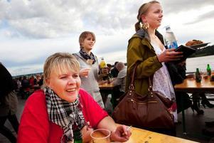 Solveig Dahlén från Frösön slog sig ner vid ett bord vid vattnet på Invito.– Det här är första dagen på stråket för mig. Jag ville ute och kolla vad som händer här nere, säger hon.– Det var ett enkelt val att sätta sig här. Jag älskar Storsjön så det här måste vara bästa platsen.