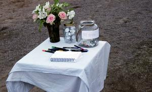 Många passade på att skriva sitt namn och någon rad i kondoleansboken.