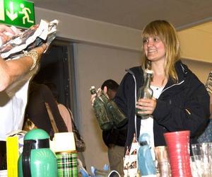 """GILLAR LOPPISAR. Hanna Grön från Stockholm är van loppisbesökare och hinner inte mer än in genom dörrarna innan hon slår till på tre gamla glasflaskor. """"Jag har förstått att arenan är ganska ny och det är ett roligt sätt att få hit folk"""", tycker hon."""