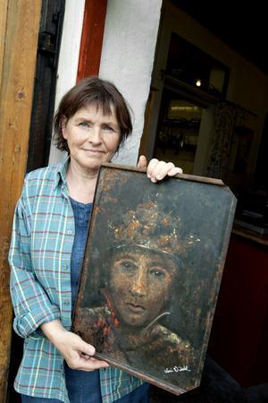 ROSTKONST. Ami Widahl låter rosten bestämma när hon gör porträtt på gamla ugnsplåtar.