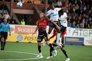 Magnus Andersson och Zakaria Abdullai i duell medan Jim Peterson går och
