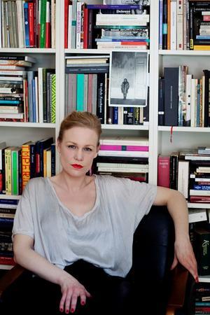 Hanna Nordenhök skriver om en nattsvart verklighet i